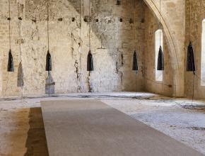 interieur d'une salle avec des murs en pierre et des lampes
