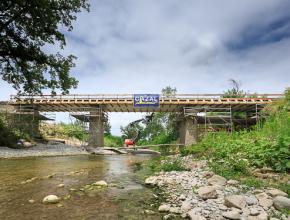 Le profil du pont en long de la future voie sur le pont de Verzeille a été abaissé afin de supprimer l'effet de digue, en cas de nouvelle crue.