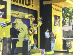 PASSAGE DU TOUR DE FRANCE 2021 A CARCASSONNE remise maillot jaune hélène Sandragé