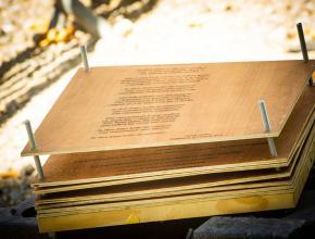 Des messages pyrogravés au laser sur du bois