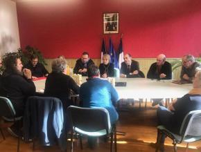 Travaux suite aux inondations de janvier 2020 secteur d'Axat dans l'Aude. Rencontre d'André Viola, président du conseil départemental de l'Aude avec les maires des communes sinistrées.