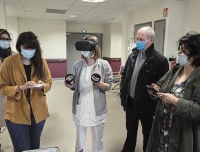 Les soignants de l'ephad testent le casque de réalité virtuelle.