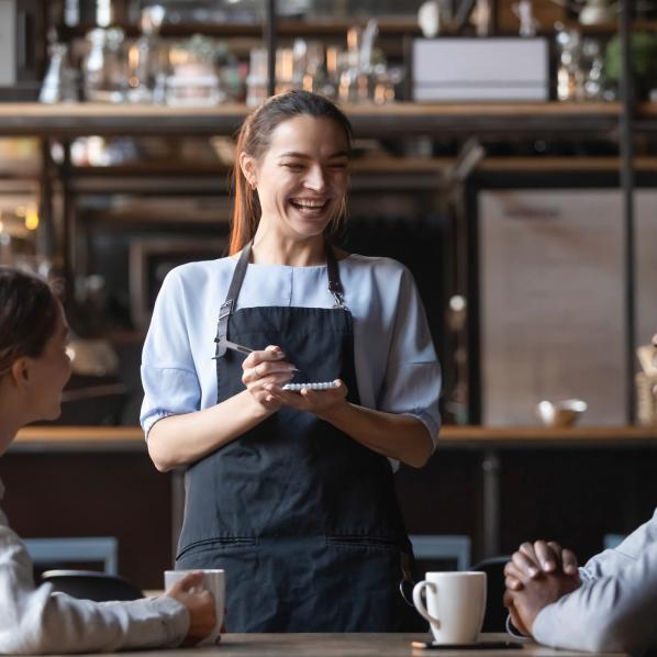 Serveuse dans un restaurant en tant qu'employée saisonnière