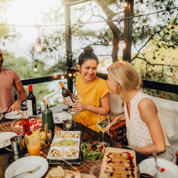 Des amis prennent un apéritif dans un restaurant Pays cathare