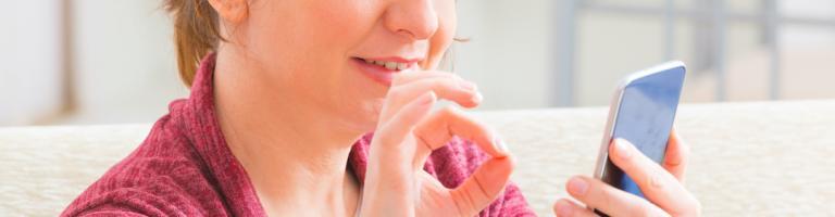 Personne sourde communiquant en langage des signes avec son téléphone