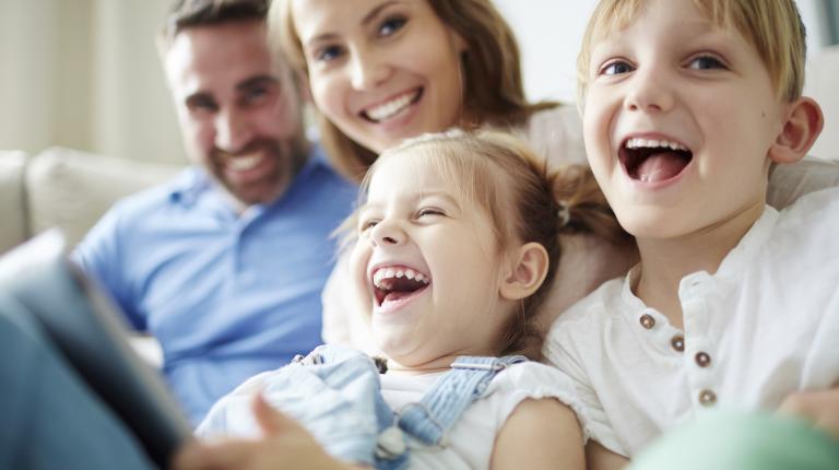 Famille heureuse, parents et enfants