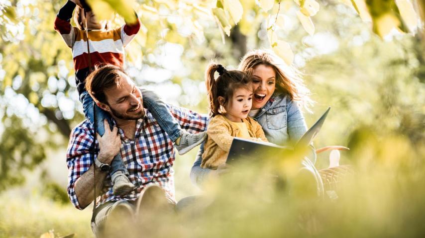 Des parents lisent des contes à leurs enfants