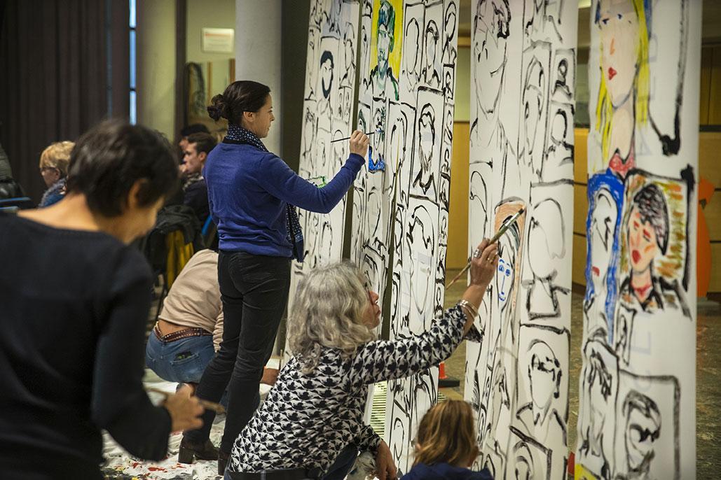 Les jeunes membres du conseil départemental des jeunes pintent sur plusieurs toiles mises à dispositions pour s'exprimer de façon artistique
