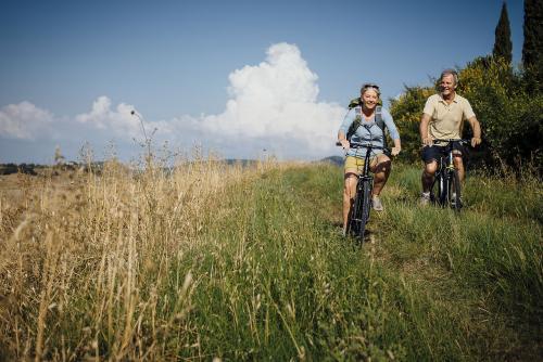 Des retraités se baladent en vélo sur une voie verte